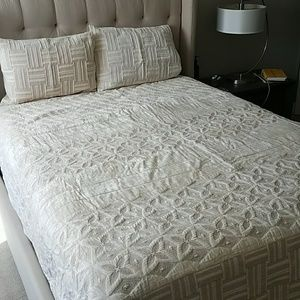 GORGEOUS Anthropologie Queen Quilt And Shams
